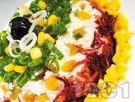 Рецепта Солена торта - салата с извара, червено цвекло, моркови, царевица, яйца и стафиди